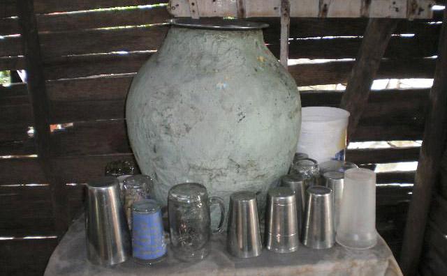 """La tinaja y el vaso de cristal """"solo para las visitas"""" – Imágenes  Dominicanas"""